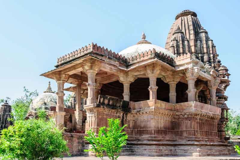 Древние храмы индуистских богов в саду Мандор