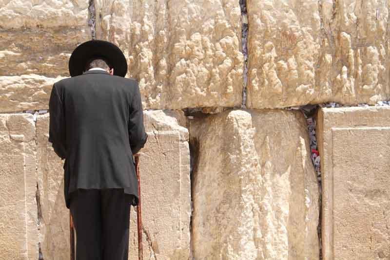 Еврей у Стены Плача во время молитвы