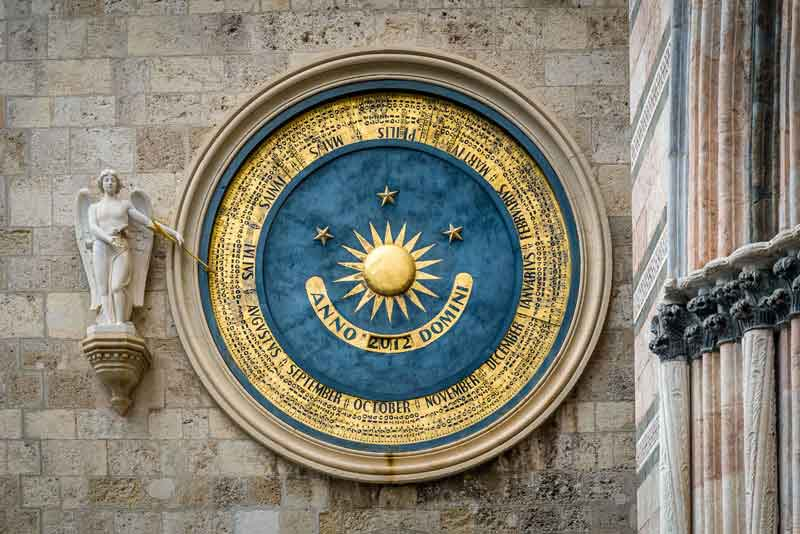 Древний календарь-часы на соборе