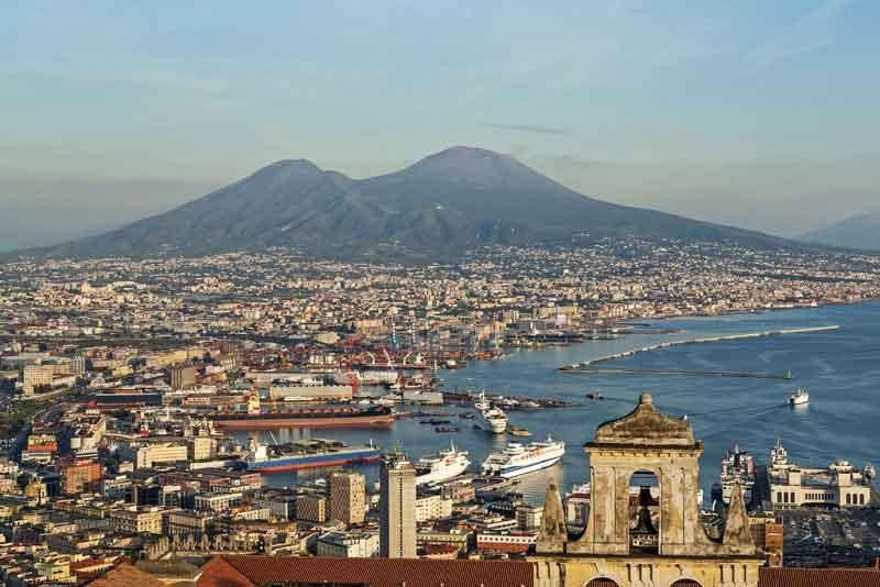 Вид на город и вулкан Везувий