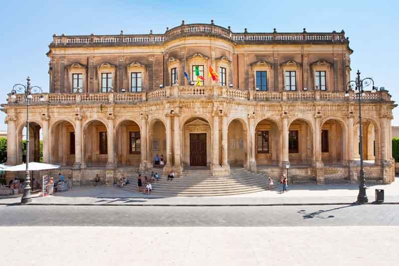 Вид на ратушу в летний день