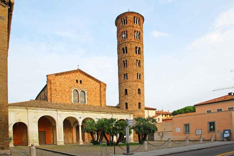 Новая базилика святого Аполлинария с круглой колокольней