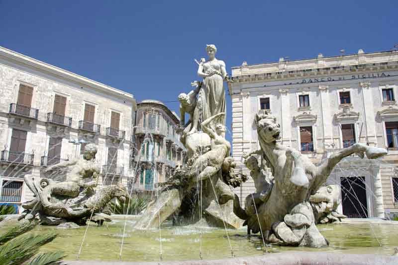 Фонтан Артемиды в историческом центре города