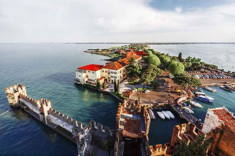 Вид на замок Скалигер, озеро Лаго-ди-Гарда