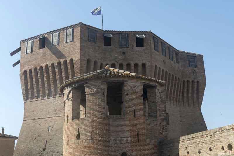 Средневековые стены замка Mondavio