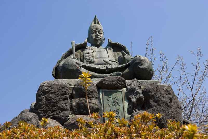 Статуя Минамото Еритомо в горах