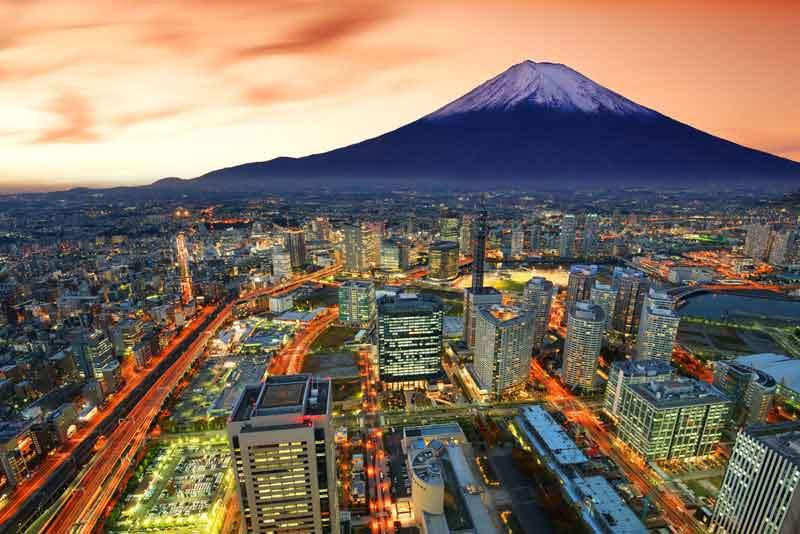 Вид на город и вулкан Фудзи
