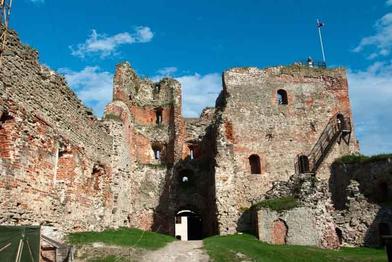 Руины средневекового замка Ливонского крестовых походов