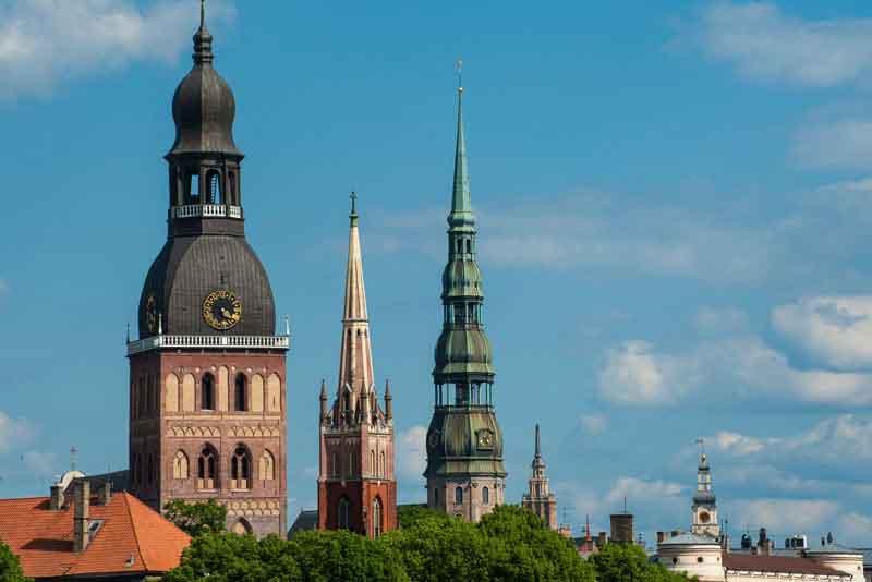 Три церковные башни: собор Рижский Домский, церковь Святого Спасителя и церковь Святого Петра