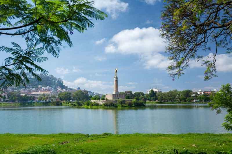 Вид на город с памятником в центре озера Анози