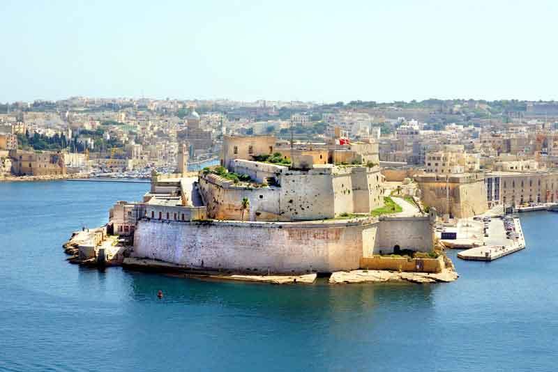Могучий форт Св.Анжело в гавани