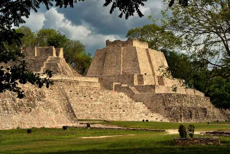 Пирамиды майя Эцна перед дождем