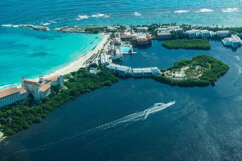 Пляжи с роскошными отелями и бирюзовые воды Карибского моря