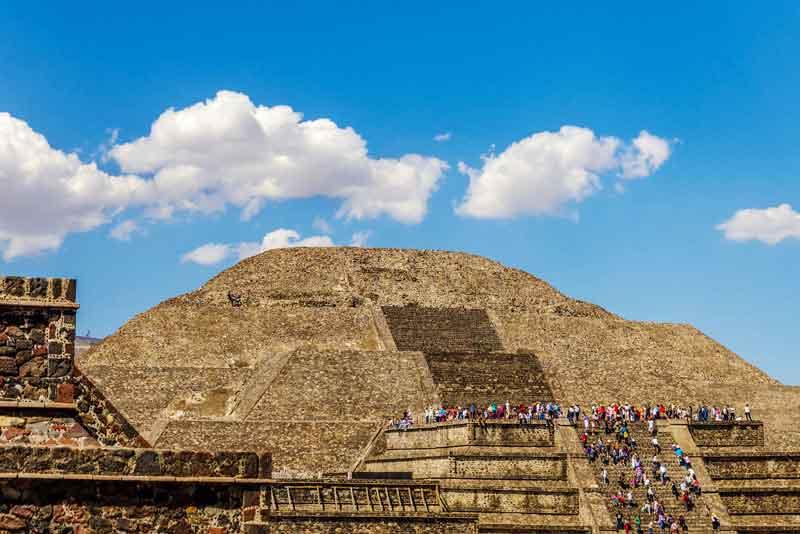 Люди, поднимающиеся по лестнице Храма Луны