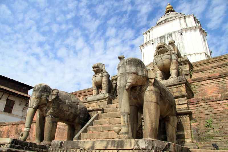 Старые каменные слоны и пирамида