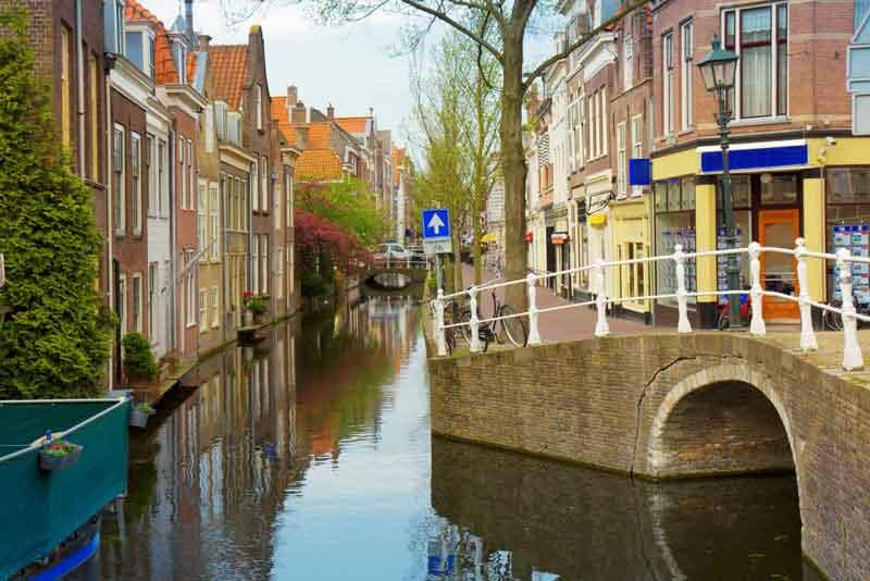 Красочная улица с каналами в старом городе