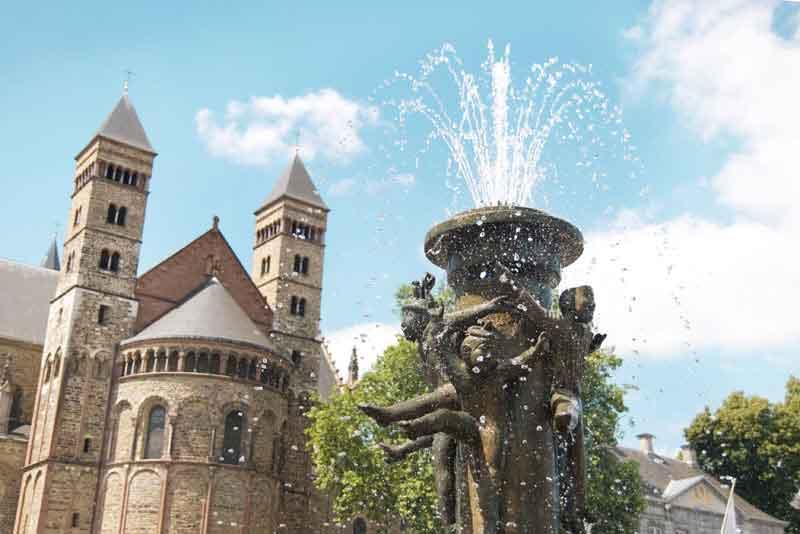 Фонтан на площади Фрайтхоф недалеко от базилики Святого Серватия