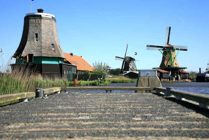 Традиционная голландская старая деревянная ветряная мельница