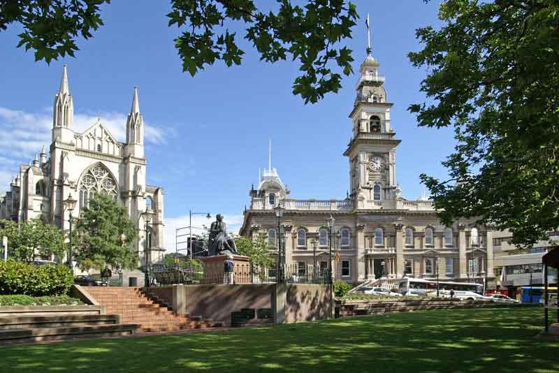 Центр города с собором Святого Павла слева и муниципальным зданием справа