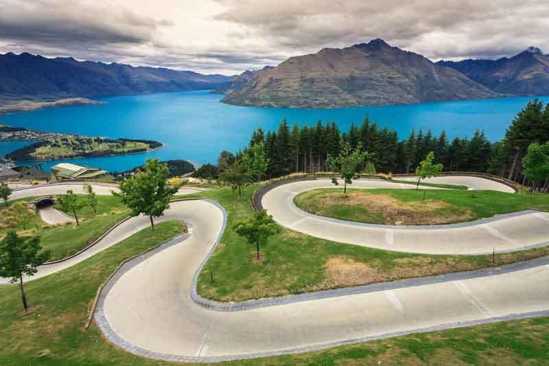 Санный трек с красивым озером и горами