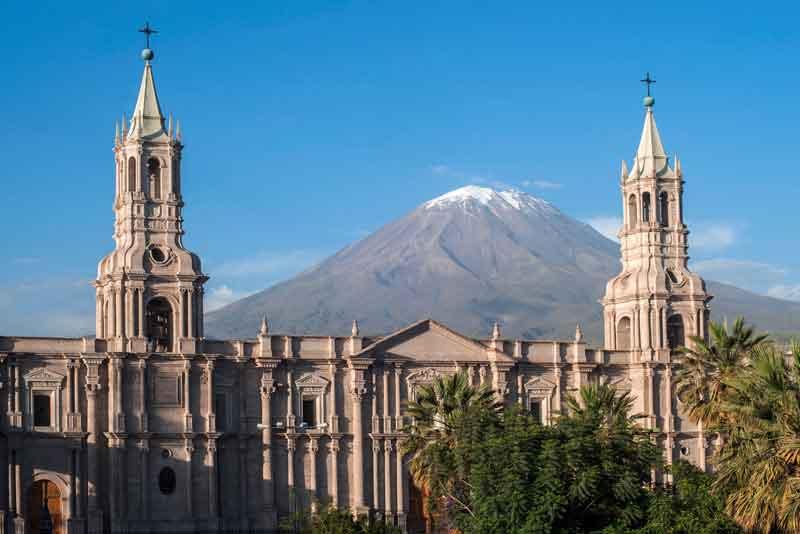 Вулкан Эль Мисти открывает вид на город