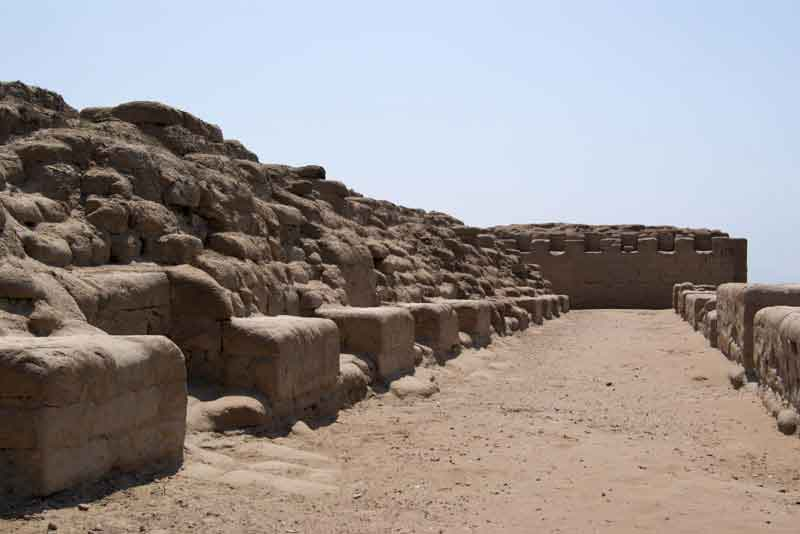 Храм Солнца периода инков, расположенный на вершине скалистого мыса с видом на Тихий океан