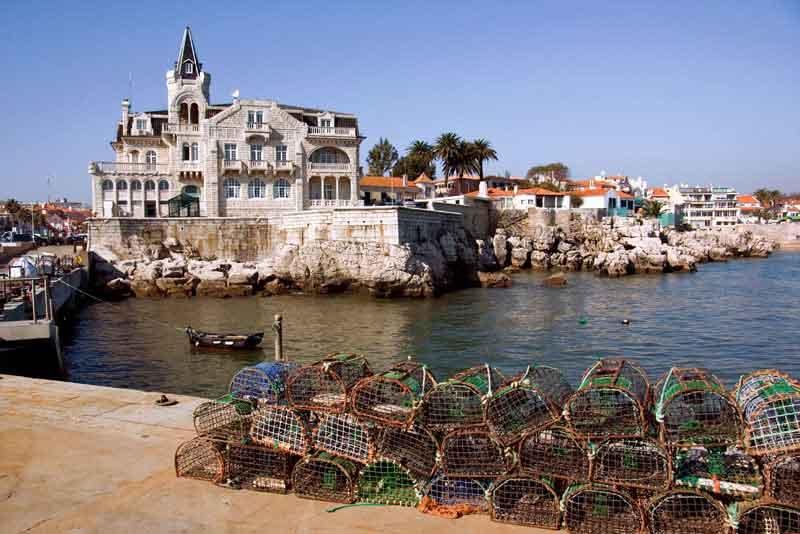 Раболовные ловушки и лодки в порту