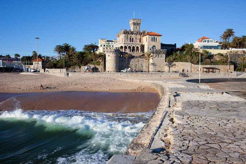 Живописный курортный город, замок, пирс и песчаный пляж Атлантического океана