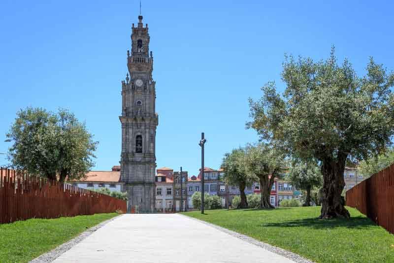 Церковь Clerigos с самой высокой колокольней в стране