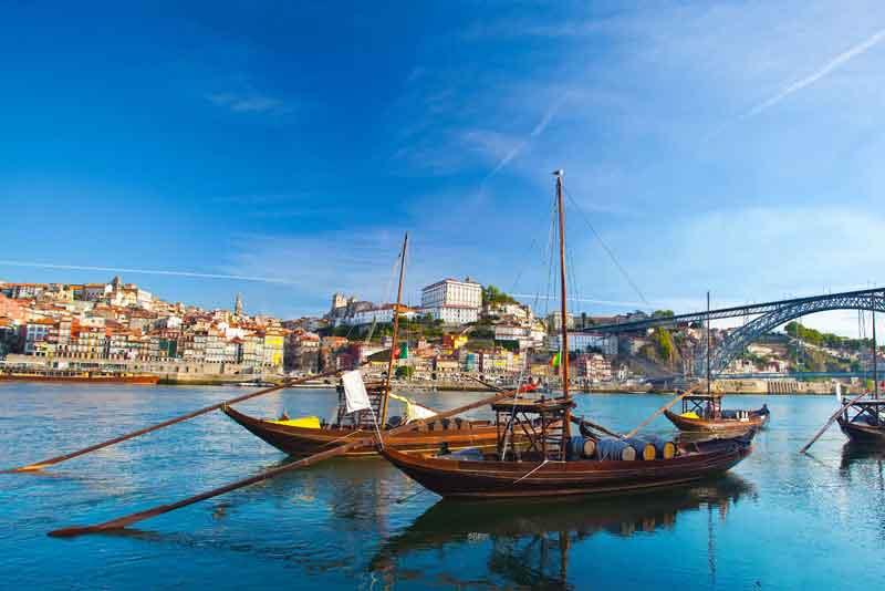 Старый город и традиционные лодки с винными бочками