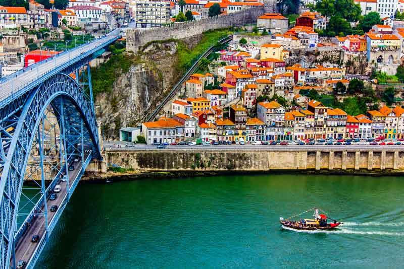 Древний город и металлический мост