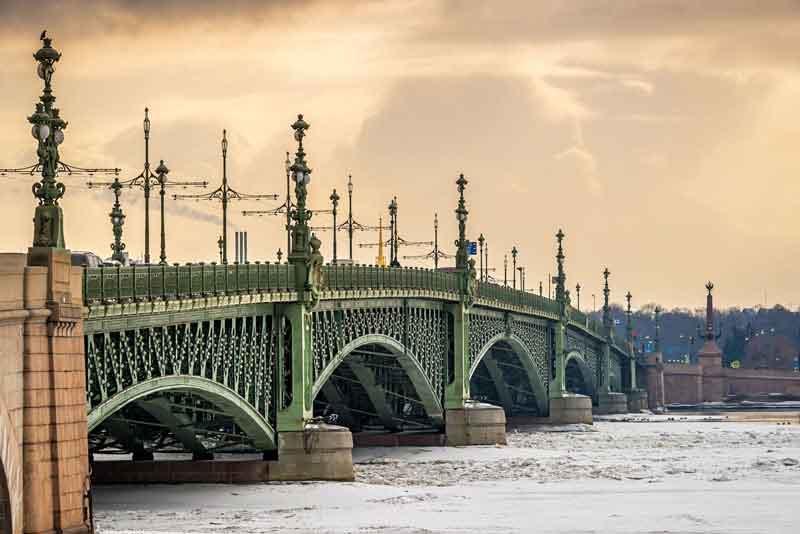 Вид на Троицкий мост с замерзшей Невой