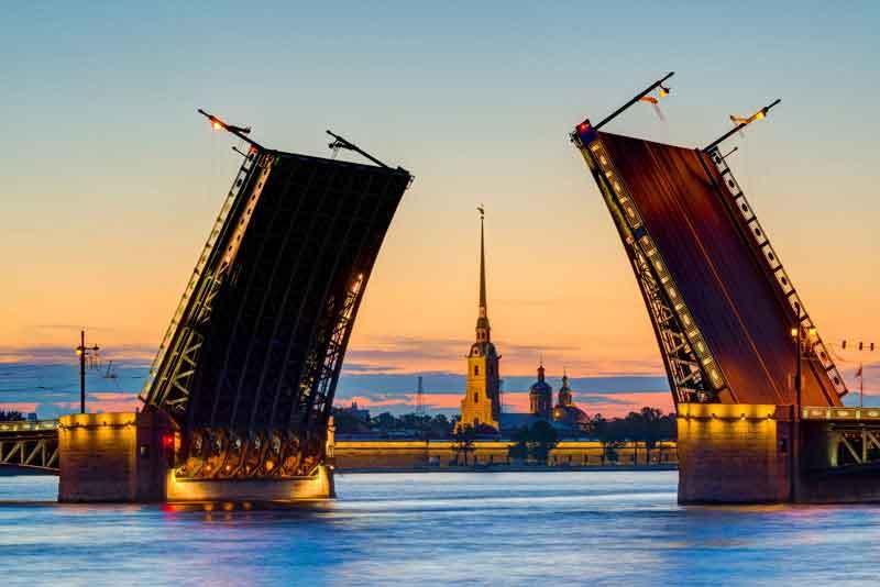 Вид Дворцового моста и Петропавловской крепости в период белых ночей
