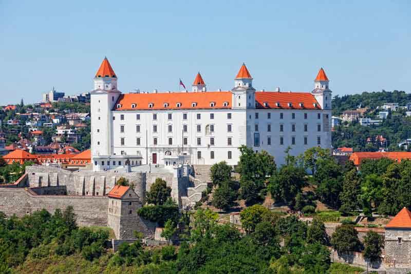 Средневековый замок на холме