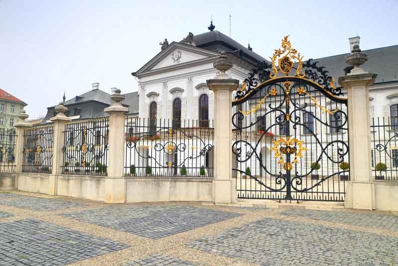 Мощеные площади перед Президентским дворцом (Грассалкович дворец)