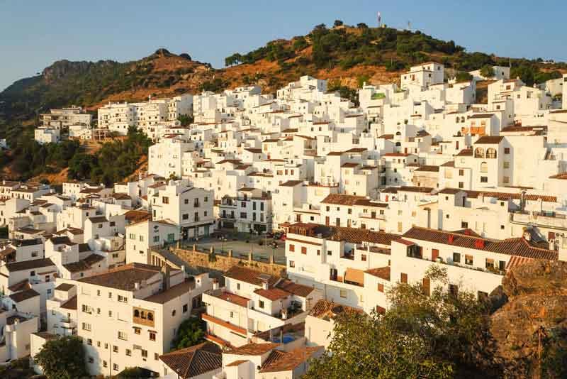 Белый испанский город с компактно расположенными рядом домами