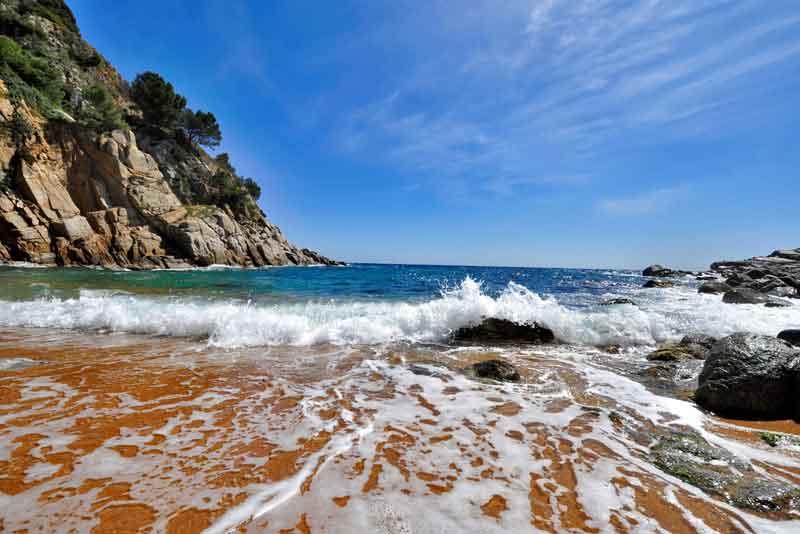 Красивый вид на дикий пляж