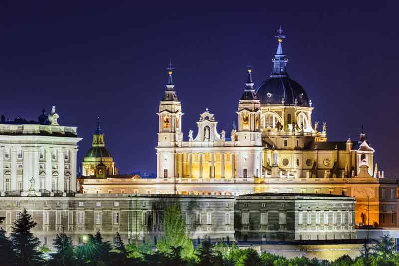 Вид на Собор Санта-Мария-ла-Реаль-де-ла Альмудена и Королевский дворец