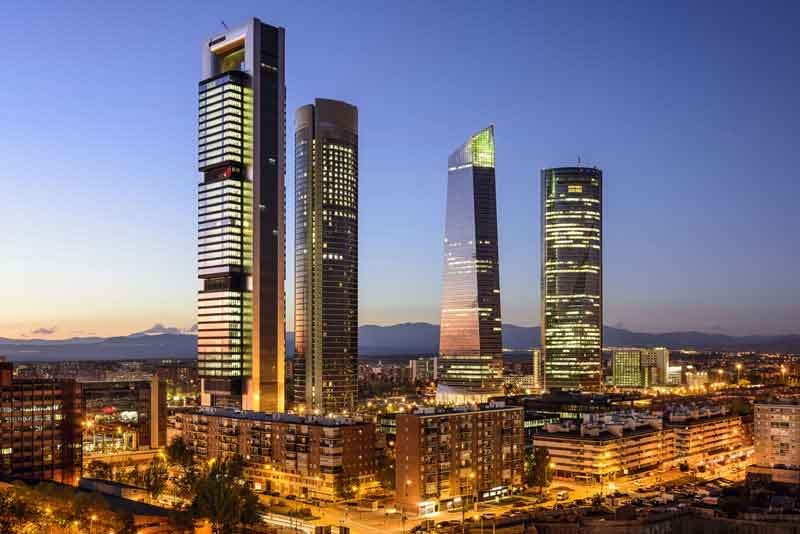 Финансовый район небоскребов в сумерках