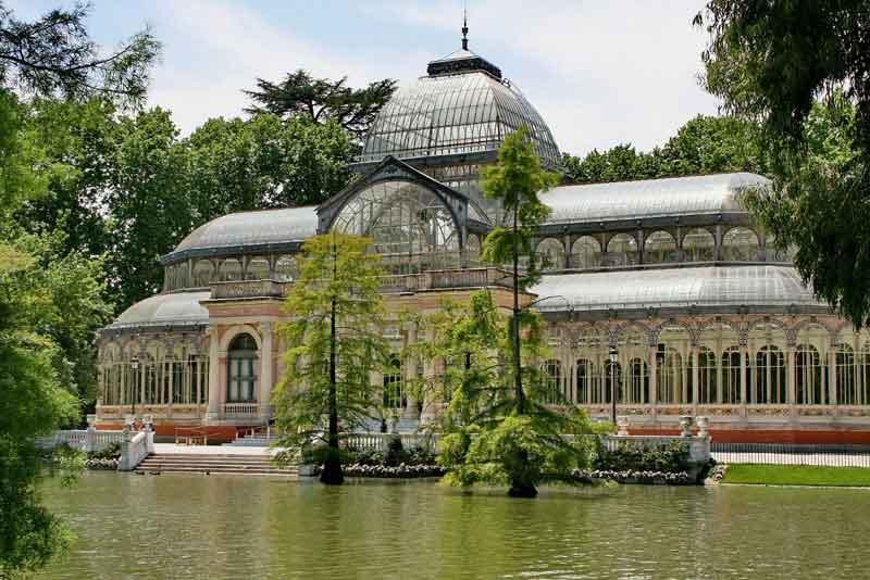 Хрустальный дворец в старом парке Ретиро
