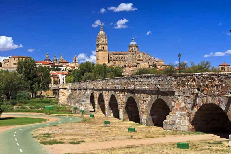 Вид на исторический город с Новым Собором и Римским мостом