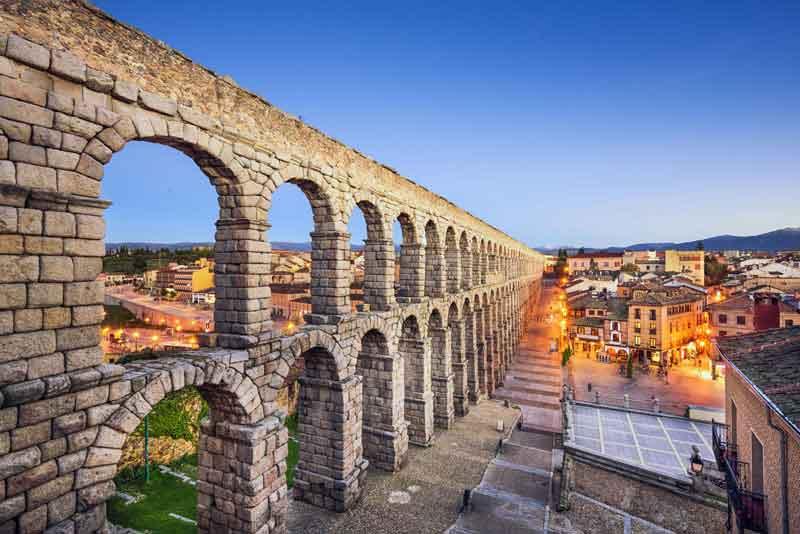 Вид на город и на древнеримский акведук