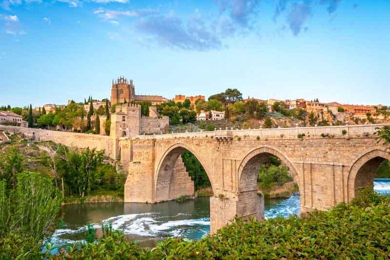 Каменный мост через реку, форт и загородные дома