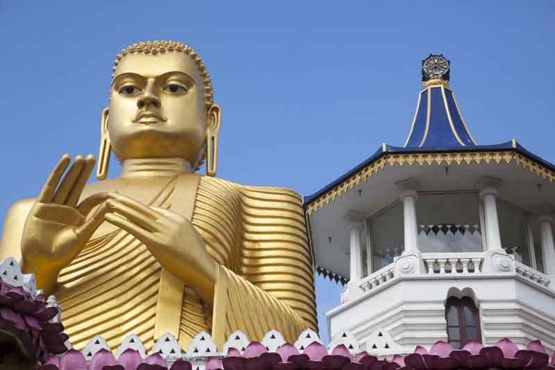 Золотой Будда - статуя перед входом в храм