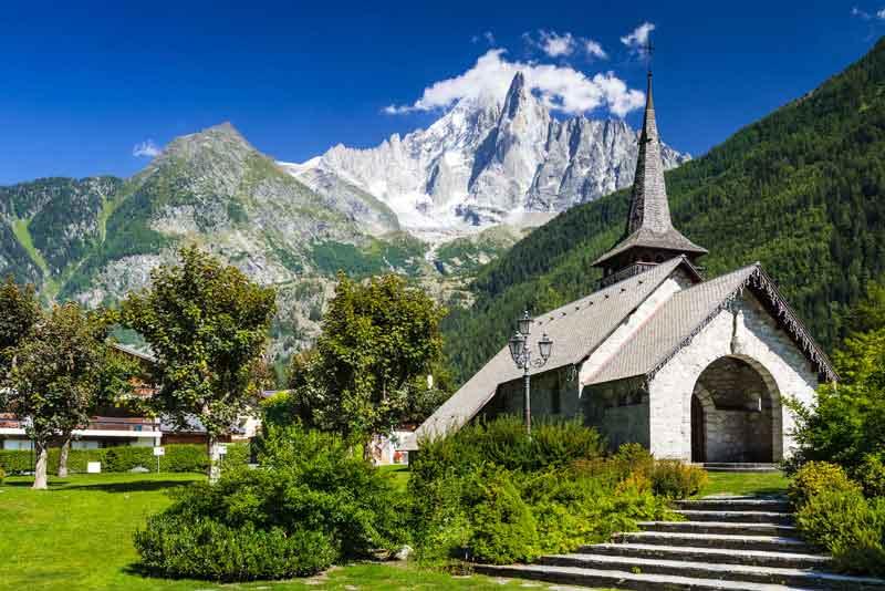 Средневековая церковь и гора Пик Дрю в Альпах