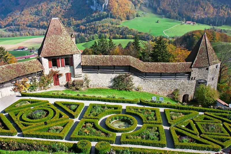 Красивый сад в знаменитом замке