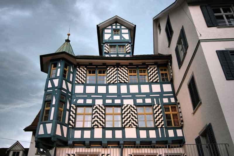 Старая архитектура города с деревянным каркасом