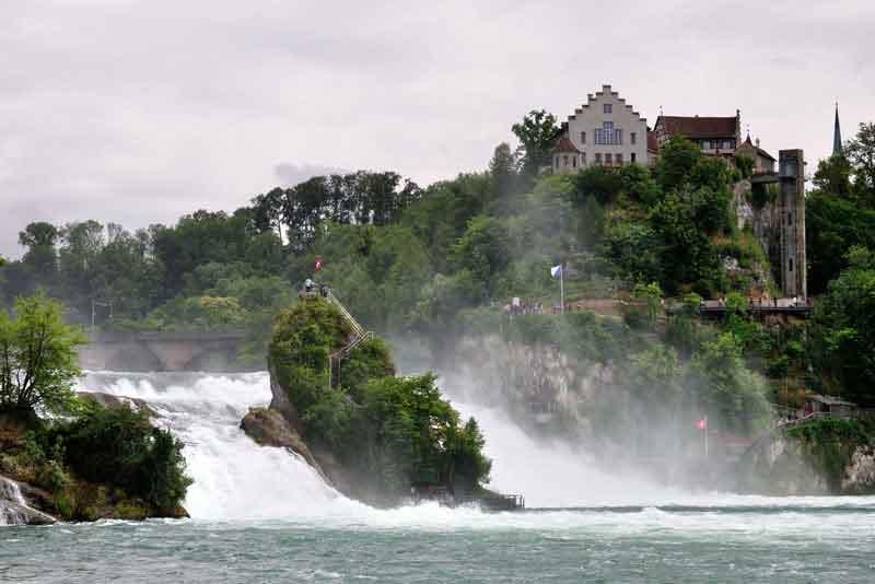 Рейнские водопады и замок Лауфен около г.Шаффхаузен
