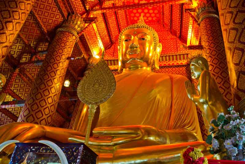 Большая золотая статуя Будды в храме Ват Пханан Чоенг