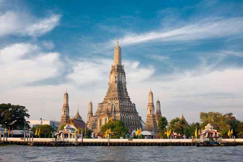 Храм Зари, Ват Арун, на реке Чао Прайя и красивое голубое небо